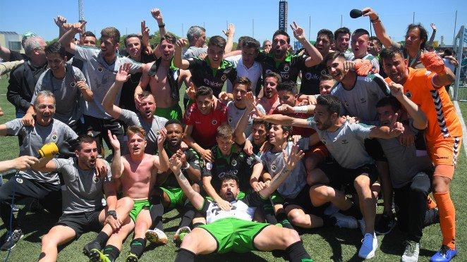 Los jugadores del Racing celebrando su ascenso ante el Atlético Baleares