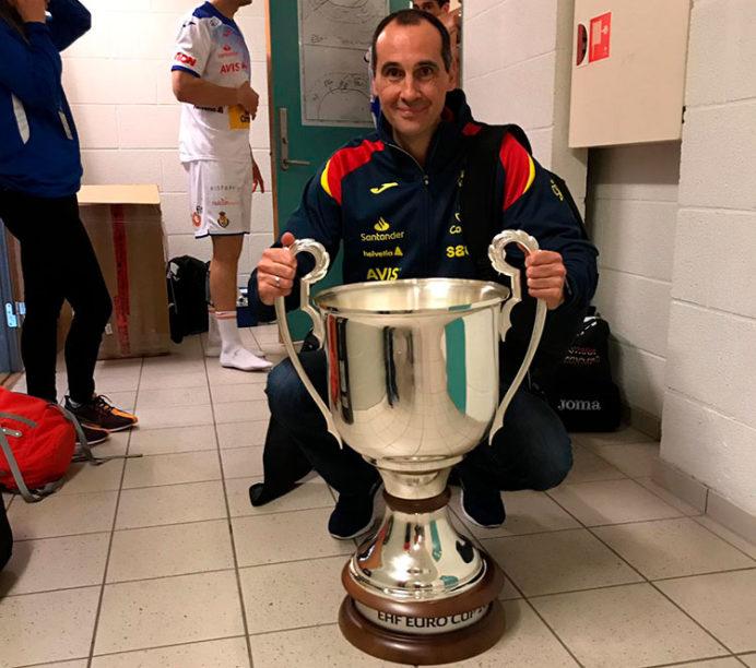 César Montes posando con la EHF Euro Cup ganada en Noruega con los HIspanos