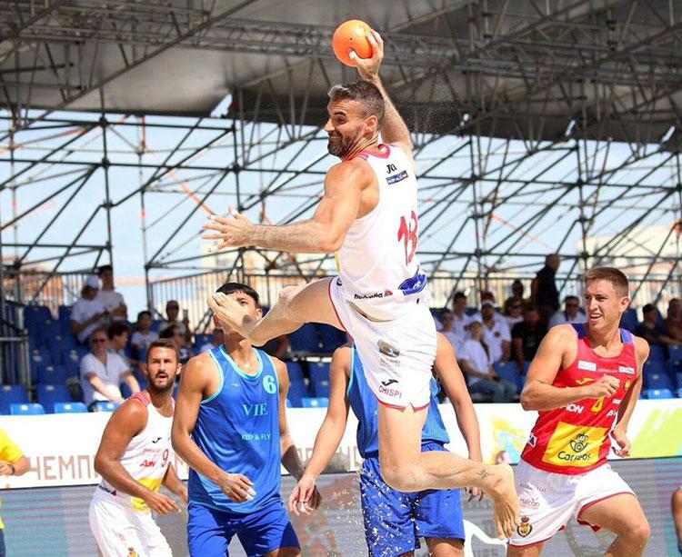Chispi armando el brazo con al selección en el pasado Mundial de Kazan