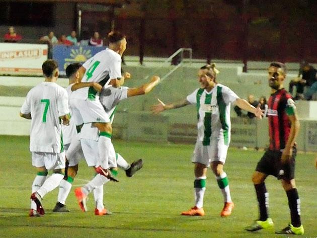 Los jugadores del Córdoba B celebrando su triunfo ante el Cabecense.