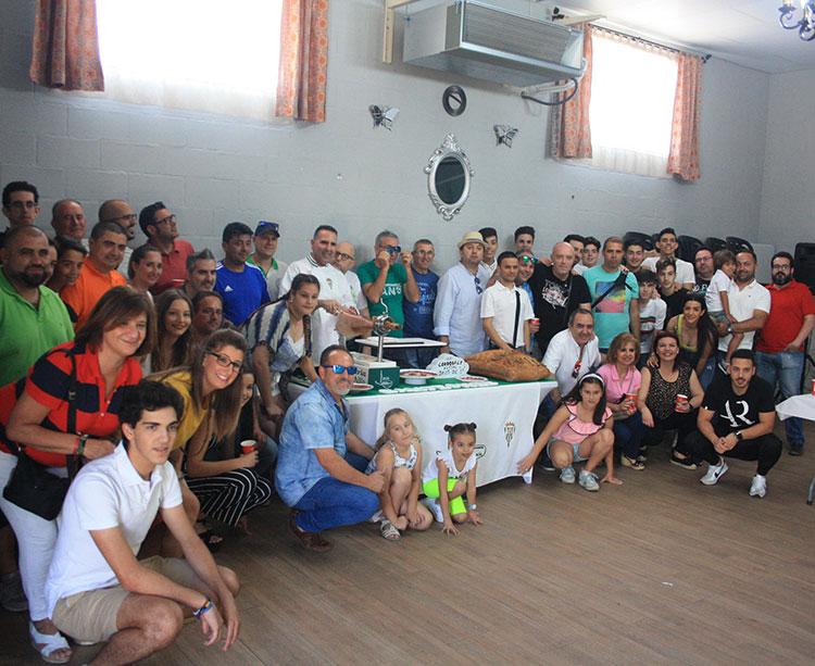 La familia del Córdoba CF Futsal se reunió en el Salón El Piensos Peña en el Camilo de las Quemadillas para rememorar su fiesta de la Tendillas de forma aún más humilde