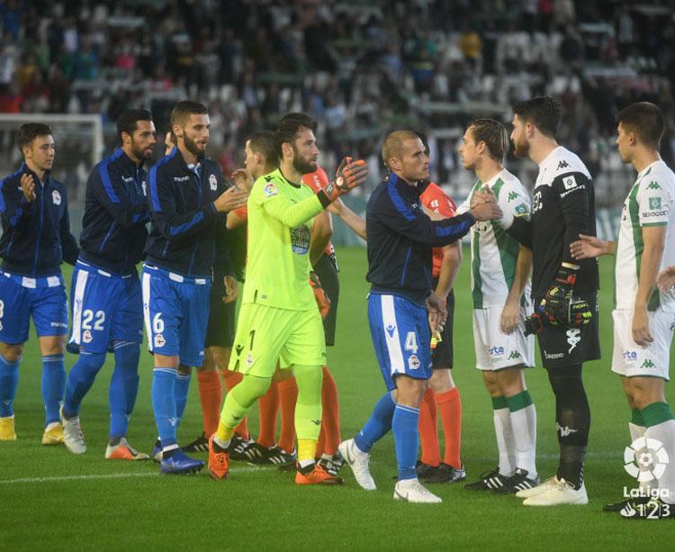 Los jugadores del Córdoba saludando a los del Dépor en el partido de ida