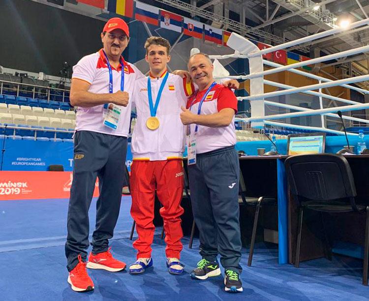 Rafa Lozano posando con Gabriel Escobar y su ayudante Antonio Peñate junto a un ring de los Juegos Europeos