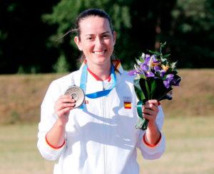 Fátima Gálvez mostrando su medalla y el ramo de flores en los Juegos Europeos de Minsk