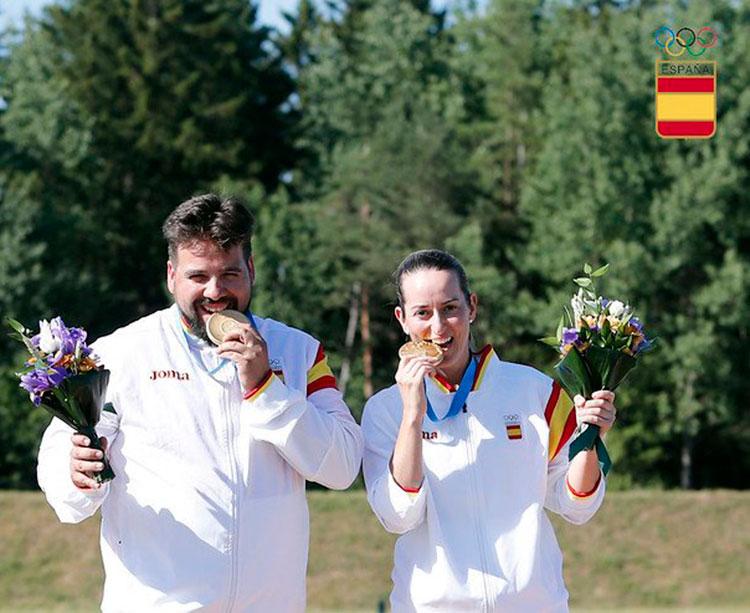 Fátima Gálvez y Alberto Fernández mordiendo sus oros en el podio de MInsk