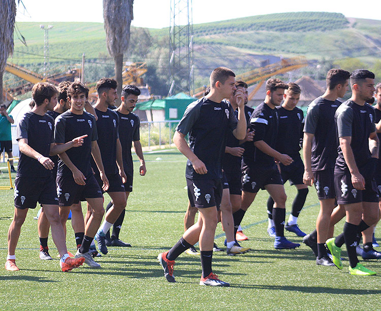 Varios jugadores del filial en uno de los últimos entrenamientos del equipo de Juan Marrero