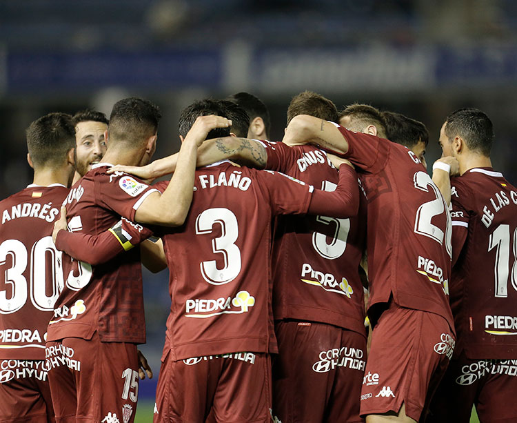 Una piña. Flaño celebrando el primer gol del Córdoba en la victoria de Tenerife.