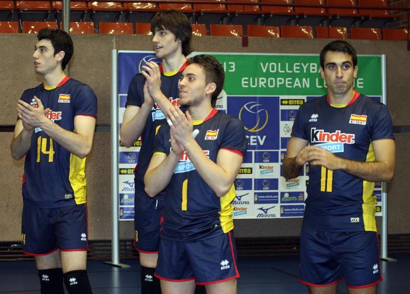 Fran Ruiz aplaudiendo junto a sus compañeros de la Selección Española en un partido
