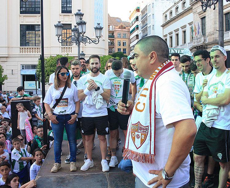 José García Román dirigiéndose a los aficionados en la fiesta del ascenso en Las Tendillas