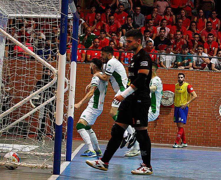 La locura. David Leal celebrando su gol con la afición, con el meta del Mengíbar desolado