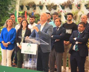 Javier Imbroda tomando la palabra ante los homenajeados