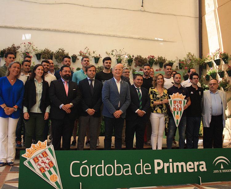 La foto de familia de Javier Imbroda con toda la plantilla del Córdoba CF Futsal