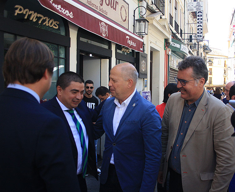 Javier Imbroda saludando a José García Román a su llegada a la Delegación de la Junta de Andalucía