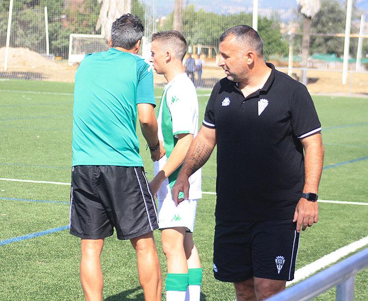 Javi Moreno en un partido del filial, con Gaspar Gálvez de espaldas dando instrucciones a sus pupilos