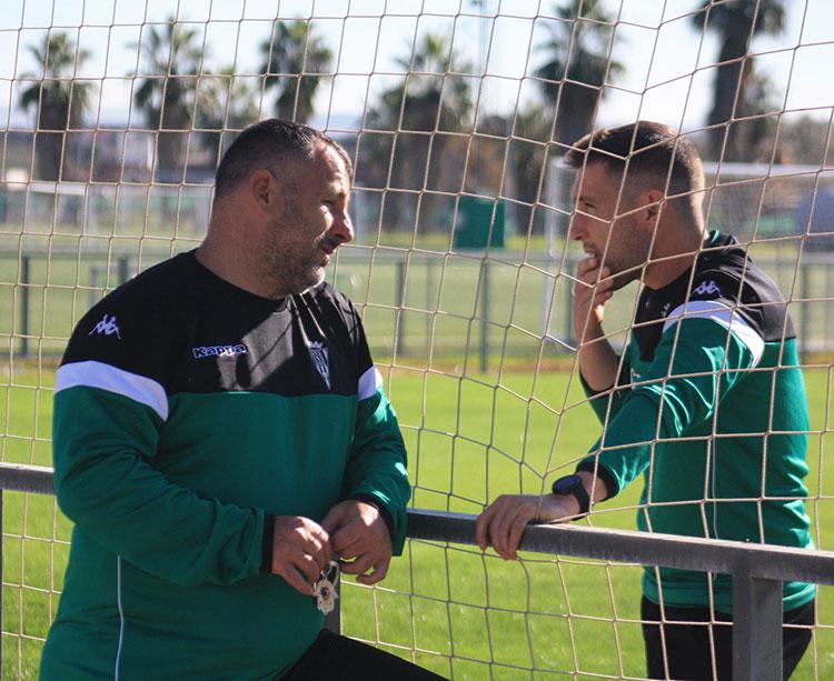 Javi Moreno departiendo con Pons, el preparador físico de Curro Torres