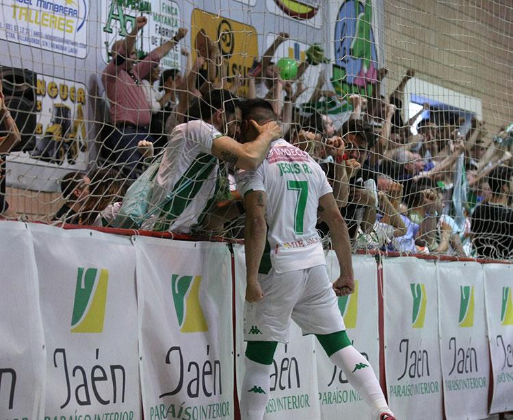 Jesús Rodríguez celebrando un gol con la afición cordobesista