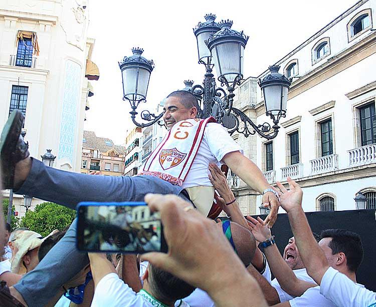 Manteado. José García Román, presidente del Córdoba CF Futsal, volando por los aires con sus chavales como pilar