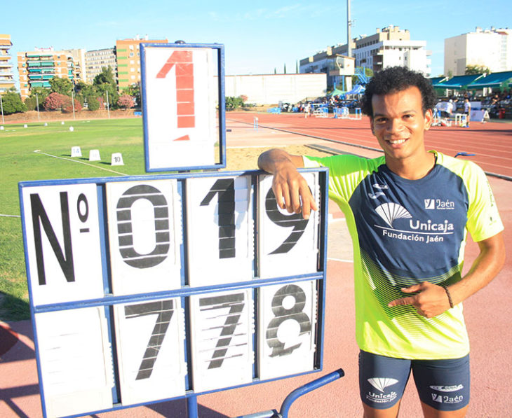 José Luis Fernández mostrando su nueva plusmarca personal en longitud