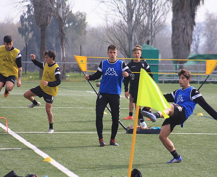 Varios juveniles, con el lucentino Manolillo en primer plano, durante un circuito de entrenamiento en el curso recientemente finalizado