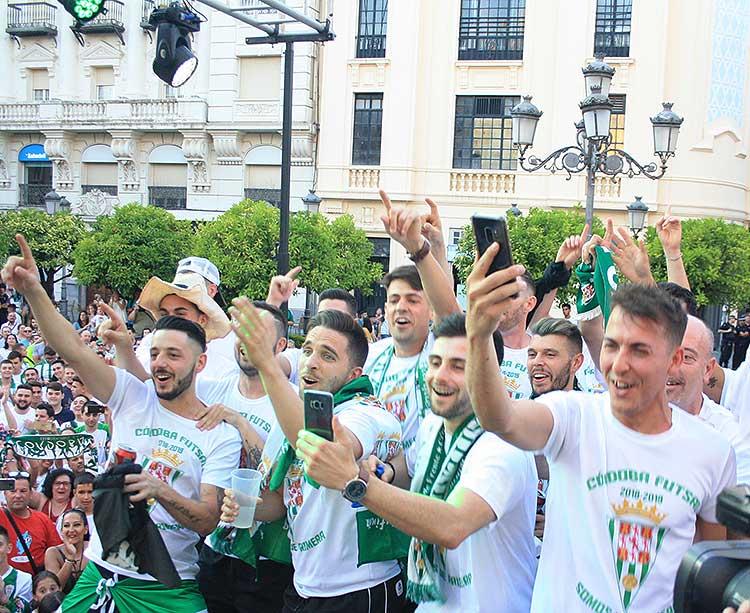 Los jugadores del Córdoba CF Futasl coreando a sus compañeros en su subida al escenario