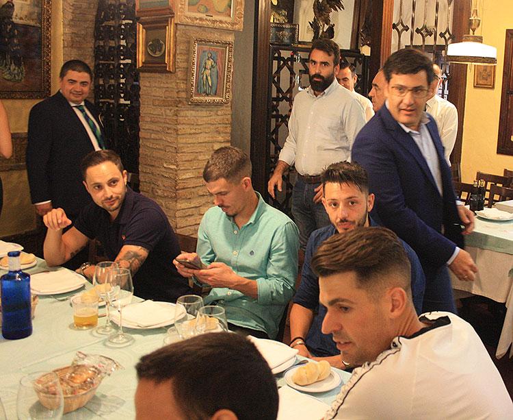 Jesús León a su llegada al salón de El Churrasco, acompañado por Alberto Mayoral, donde le esperba toda la plantilla del Córdoba CF Futsal