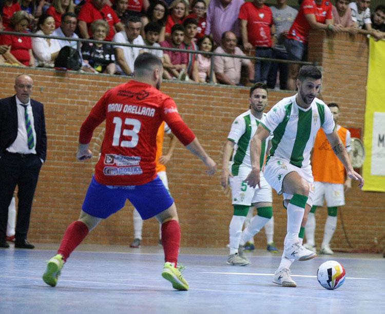 Lolo Jarque pisando el balón ante un jugador del MengíbarLolo Jarque pisando el balón ante un jugador del Mengíbar