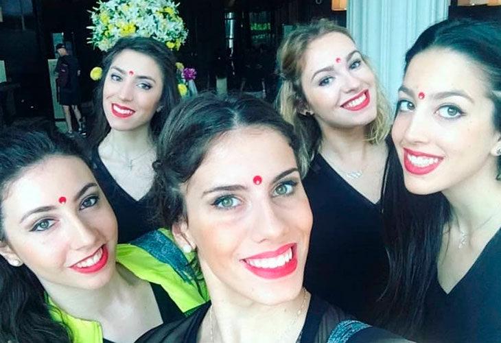 Lourdes Mohedano junto a sus compañeras de la selección española durante el rodaje del documental realizado en la India