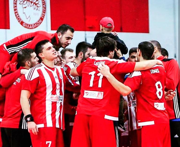 Luisfe celebrando su primer título de liga con el Olympiakos
