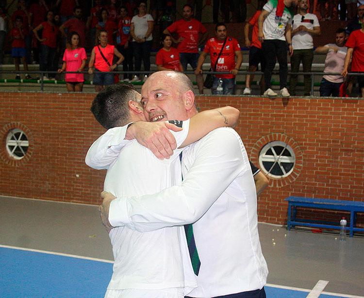 Macario abrazado a su segundo en plena celebración del ascenso.
