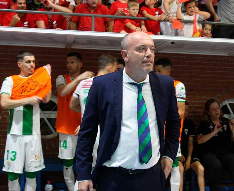 Macario siguiendo el partido en el pabellón Sebastián Moya Lorca