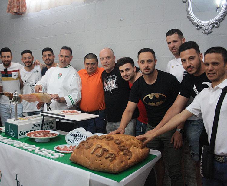 Una piña. La que formaron hoy varios de los integrantes del Córdoba CF Futsal, con su presidente, José García Román, y técnico, Maca, a la cabeza, en una jornada de convivencia una semana después del ascenso a Primera en Mengíbar