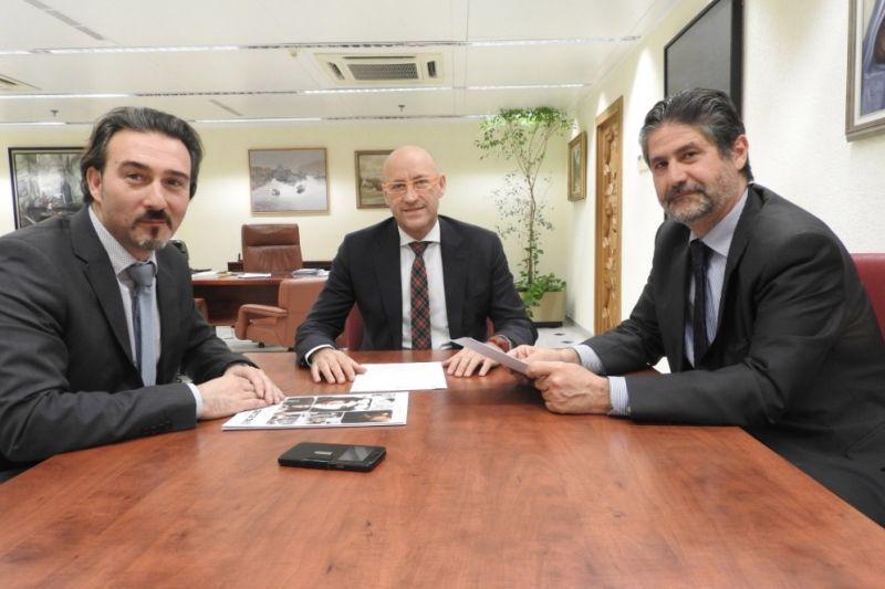 Jesús Machado con los representantes de Cajasur renovando su patrocinio