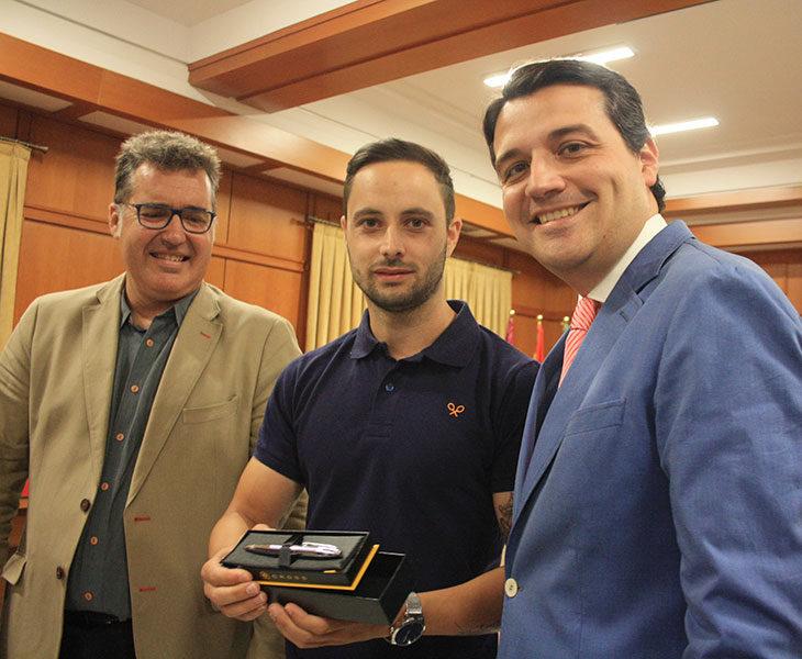 El capitán del Córdoba CF Futsal, Manu Leal, recibe un recuerdo del alcalde, José María Bellido junto al nuevo presidente del IMDECO, Manuel Torrejimeno