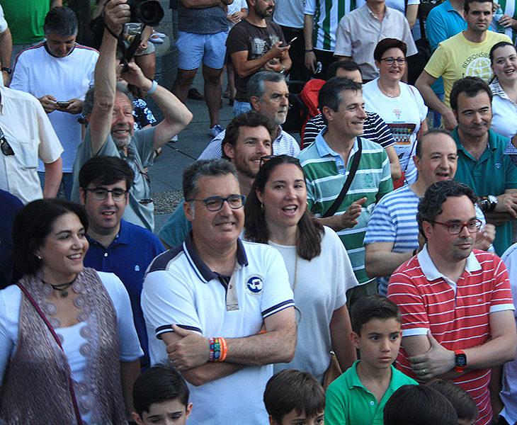 María Luisa Gómez, entre el público, el domingo 2 de junio durante la celebración en las Tendillas del Córdoba CF Futsal de su ascenso a Primera, con Antonio Rojas, el presidente saliente del IMDECO, a la derecha