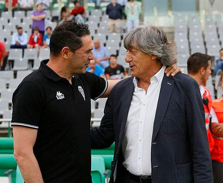 Quique Martín saludando a Rafa Navarro hace un mes en la visita del Nástic a El Arcángel