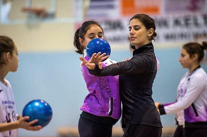 Lourdes Mohedano enseñando a las más pequeñas en una de sus Masterclass
