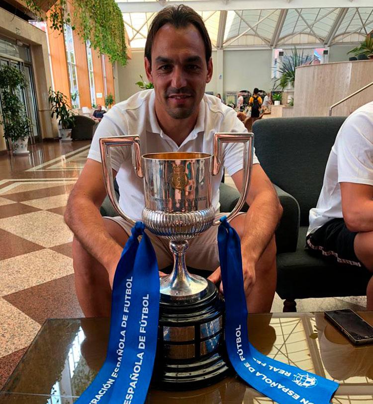 Miguel Ángel Tena posando con la Copa del Rey de Campeones Juveniles, la primera que logra el Villarreal en su historia