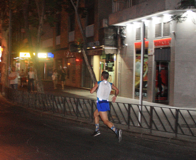 Miguel Espinosa ya volaba hacia la meta en solitario en le kilómetro 2 de la Nocturna
