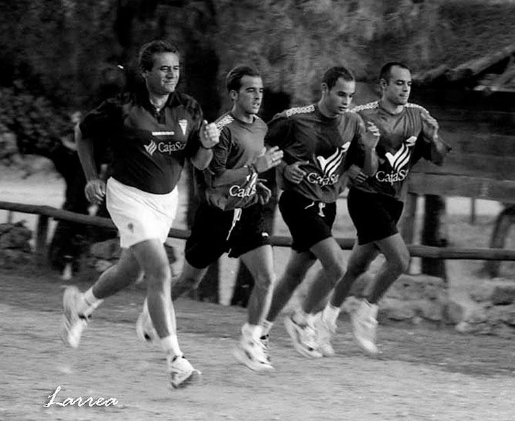 Óscar Muñoz Ventajas corriendo junto a Pepe Escalante, Jorge García y De la Fuente (actual preparador del porteros del Barça) en Los Villares en aquella pretemporada que puede asemejarse 20 años después