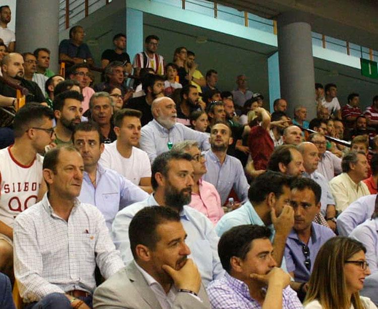 Pablo Lozano hace una semana en el palco de Vista Alegre junto al presidente del Córdoba CF Futsal en el primer partido de la final por el ascenso ante el Mengíbar