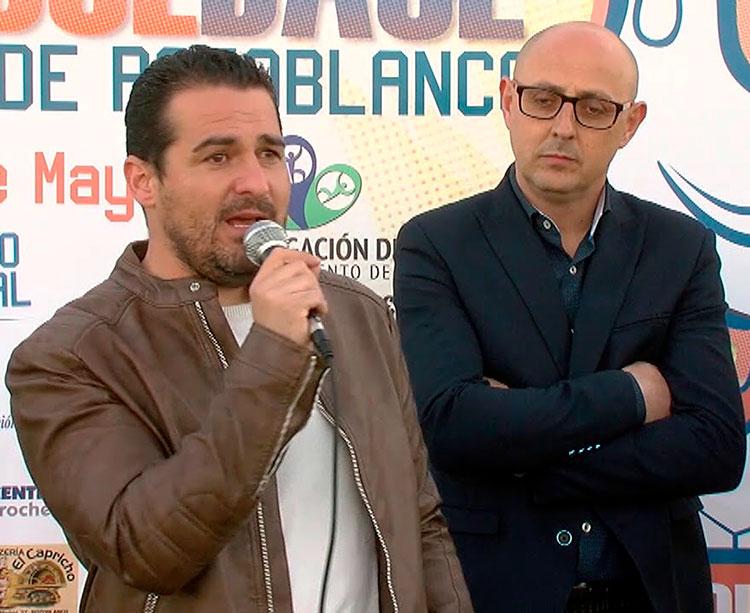 Pablo Lozano al micro con el concejal Pedro García al fondo