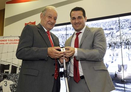 Pablo Lozano entregando una insignia de la Federación Andaluza