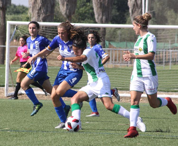 Fernanda Pinilla conduce el balón en un partido del Córdoba CF Femenino de esta temporada