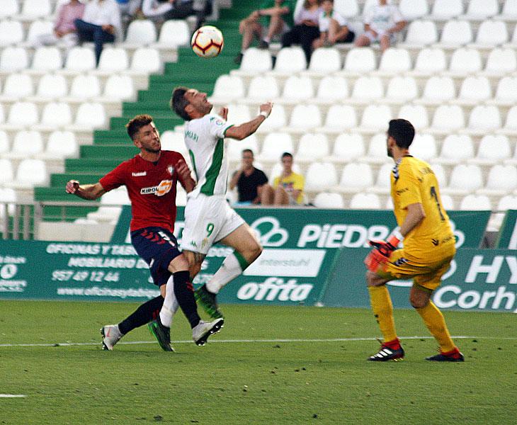 Piovaccari luchando como siempre por el balón en el duelo ante Osasuna