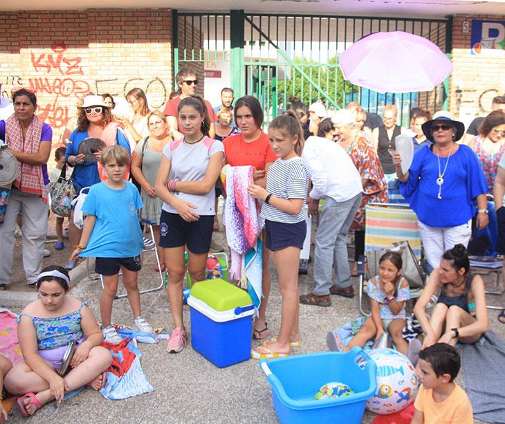 Los vecinos de La Fuensanta en su segunda movilización con sus atuendos de baño en la puerta de la instalación