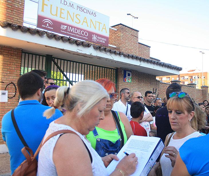 Varias vecinas sumándose al acopia de firmas que será presentada en el Ayuntamiento