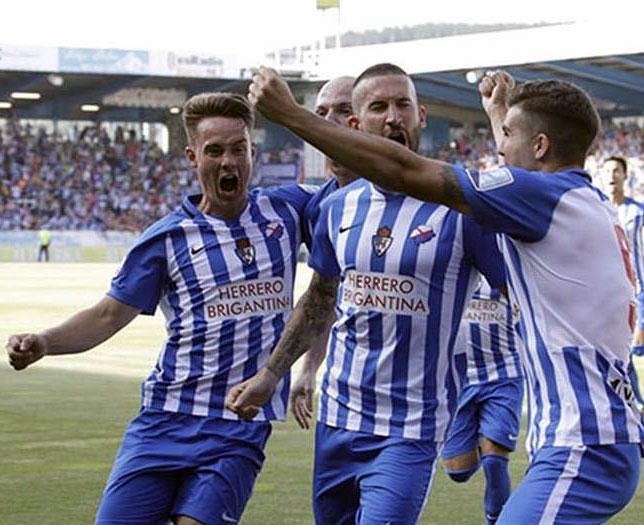 Los jugadores de la Ponferradina celebrando su gol de ayer