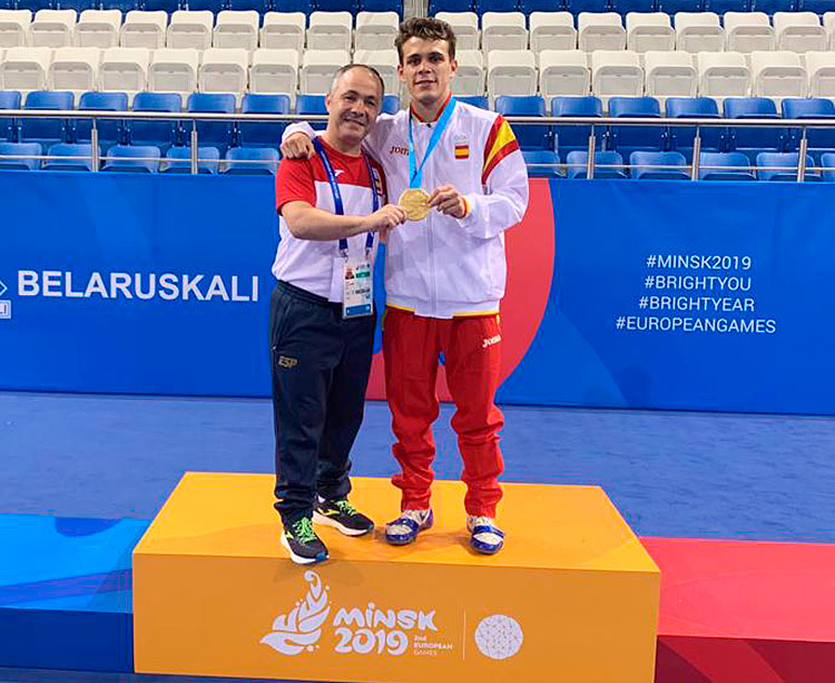 Rafa Lozano con su pupilo Gabriel Escobar en lo más alto del podio en los Juegos Europeos de Minsk