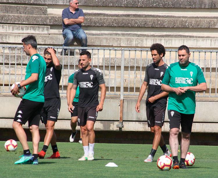Rafa Navarro, con Quim Araujo de fondo, en uno de los últimos entrenos en la Ciudad Deportiva