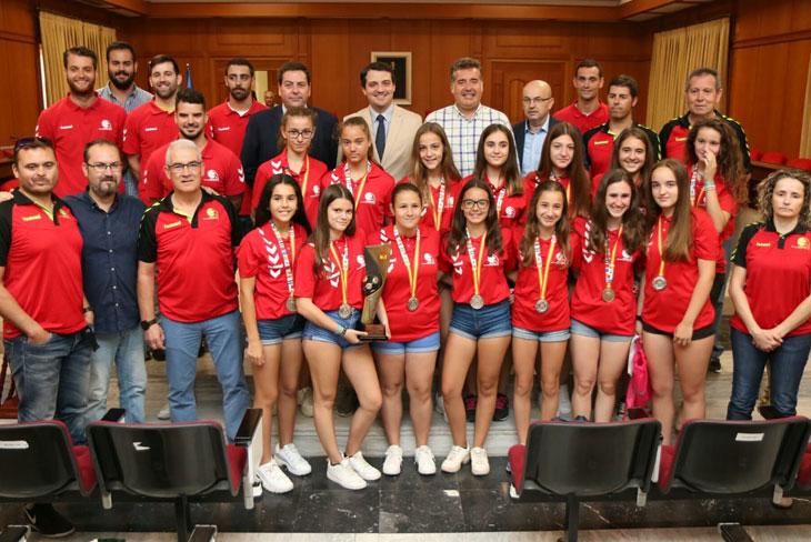 Los equipos del Cajasur recibidos en el Ayuntamiento
